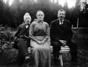 Hans Thor Hagtvedt (0010), Inga Karoline Seierstad (0595) og lærer og forfatter Lars Rustbøle (6759). Rustbøle var lærer i Hedrum fra 1918 til 1948.